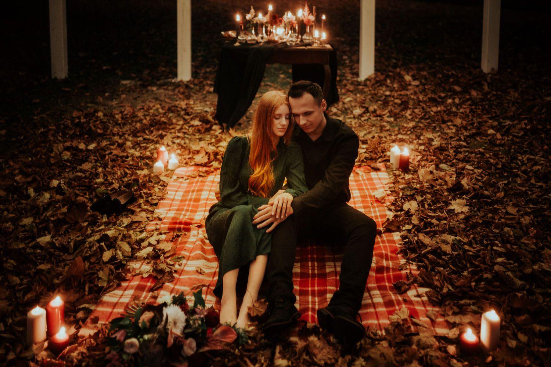 jesienna sesja ślubna przy świecach